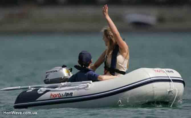 Надувная лодка HonWave T25-AE девушка с мотором Хонда