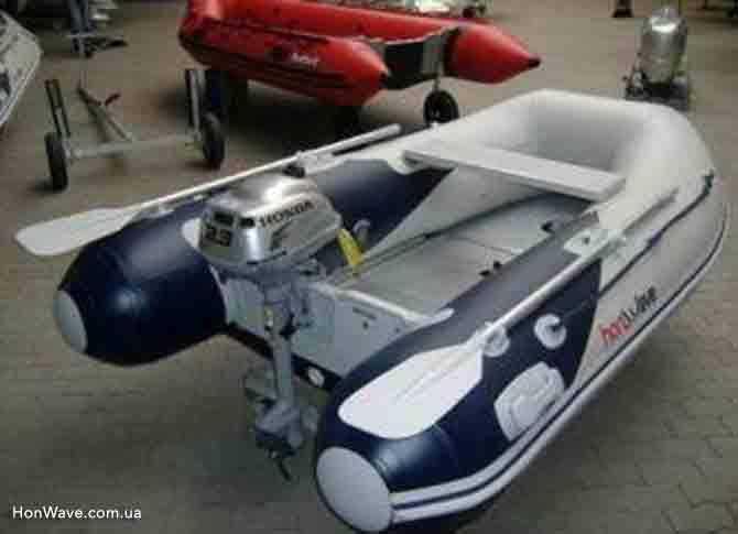 Лодочный мотор Honda BF2.3 на транце лодки