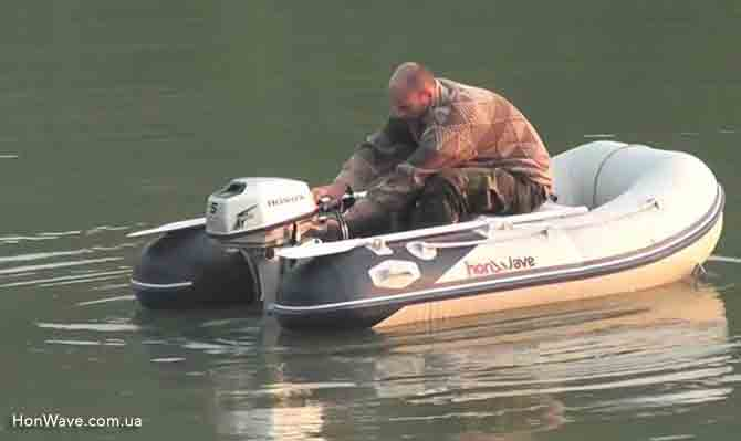 Рыбак на надувной лодке с лодочным мотором